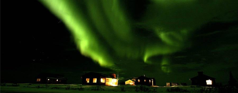 Alla ricerca degli orsi polari - Arctic Northern Lights over the Dymond Lake Lodge - Courtesy of Churchill Wild