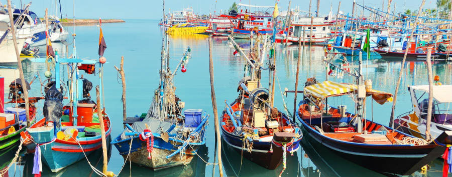 Koh Samui à la carte - Koh Samui Fisherman village. Many fishing boats moored © M.V. Photography/Shutterstock