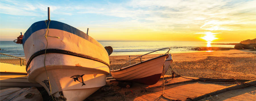 Portogallo: golf in Algarve - Portugal Boats in warm sunset light on the Fisherman's Beach (Praia dos Pescadores) in Albufeira © Marcin Krzyzak/Shutterstock