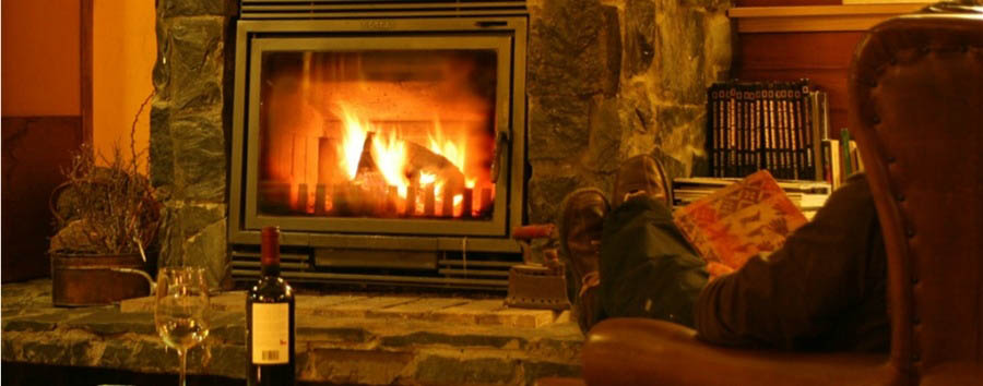 Weskar+Patagonian+Lodge+-+Relaxing+at+the+fireplace