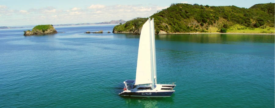 The Eagles Nest Experience - New Zealand Eagles Nest Lodge, Sailing through Bay of Islands