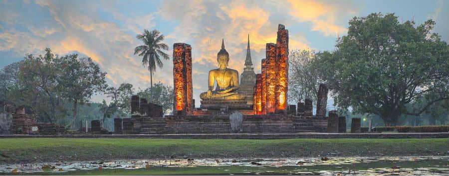 Thailandia Classica - Thailand Buddha Statue at Wat Mahathat in Sukhothai Historical Park,Thailand © Prasit Rodphan/Shutterstock