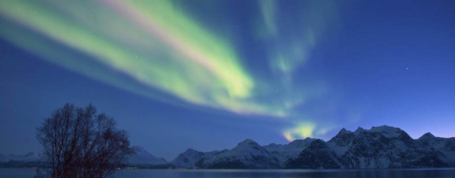 Lyngen+Lodge+-+Northern+Lights+over+the+Lodge