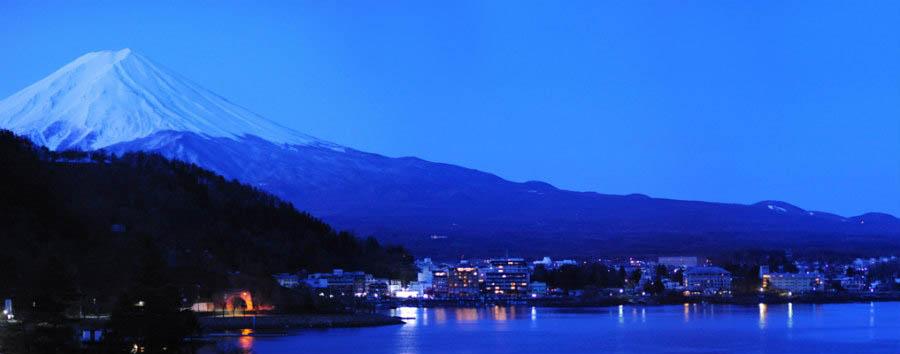 Giappone, il lago Kawaguchi - Japan Mount Fuji, Lake Kawaguchi and Fujikawaguchiko Town at Night © Mstyslav Chernov