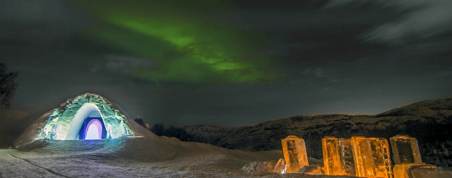 Kirkenes+Snow+Hotel+-+Northern+Lights+above+The+Igloo