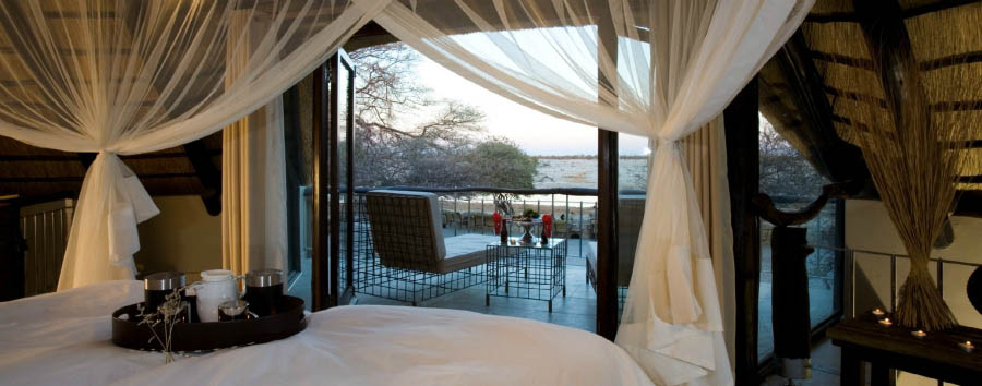 Orizzonti namibiani - Namibia Okaukuejo Rest Camp, premiere waterhole chalet