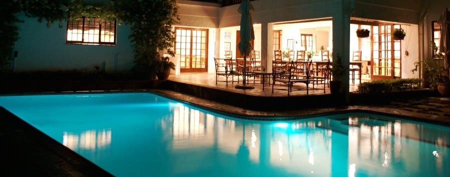 Comfort House B&B - Pool and verandah by night