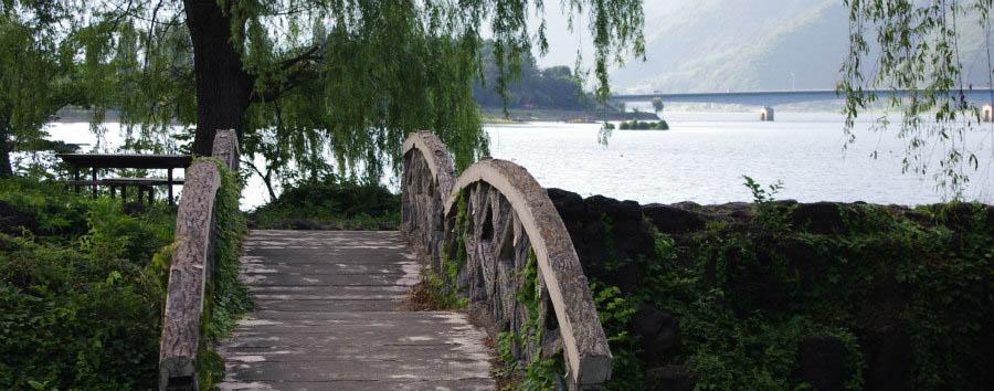 Giappone, il lago Kawaguchi - Japan Bridge Near Lake Kawaguchi © Jakub Halun