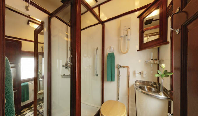 Rovos Rail - Deluxe suite shower