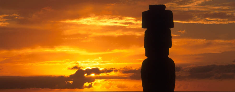 Mosaico cileno: Isola di Pasqua - Easter Island Moai in the sunset