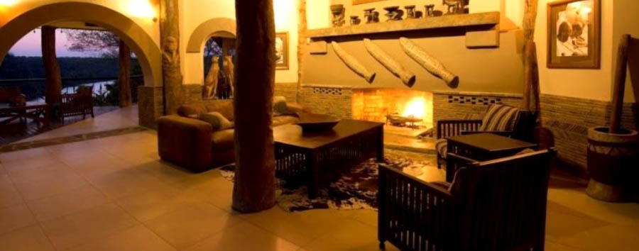 Chilo Gorge Safari Lodge - Romantic atmosphere in the lounge with fireplace