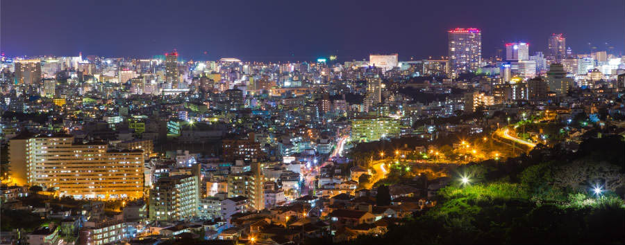 Mare a Okinawa: Main Island - Japan Night view of the Okinawa Naha city © Shutterstock
