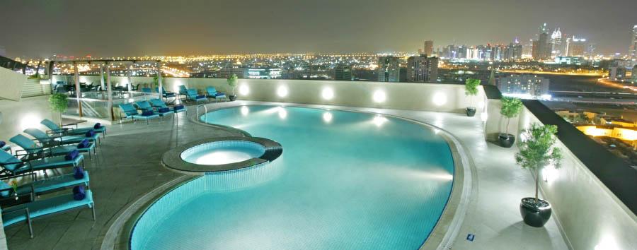 Dubai, la città del futuro - Dubai Auris Plaza: pool view by night