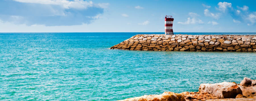 Portogallo: golf in Algarve - Portugal Calm sea and light house, fishermen harbor of Quarteira © anyaivanova/Shutterstock