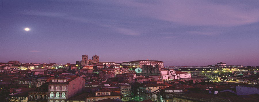 Portugal - Porto, Landscape at Night © Paulo Magalhaes