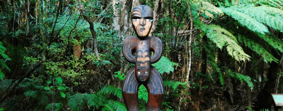 Benvenuti a Aotearoa - New Zealand Auckland, Maori Statue in Waitakere © Tourism New Zealand