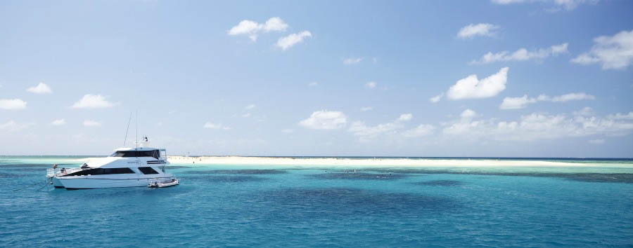 Australia - Queensland, Great Barrier Reef, Boat Excursion in Michaelmas Cay © Maxime Coquard/Tourism Australia